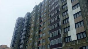Фасад здания. Монтаж окрашенного металла.