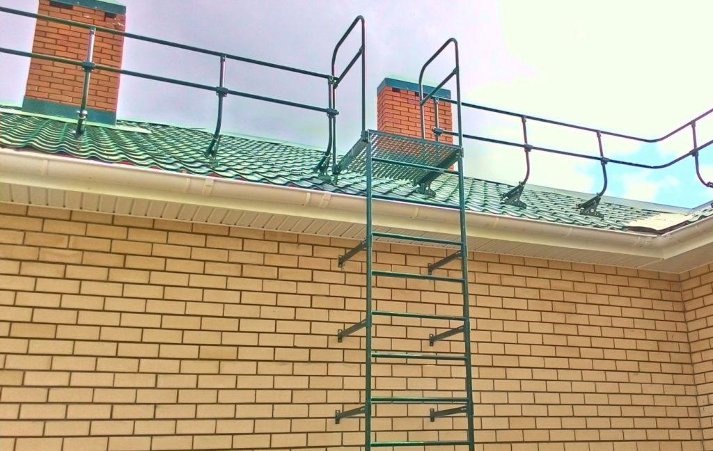Пристенная металлическая лестница