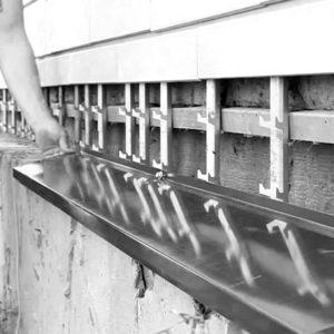 Монтаж цокольного оцинкованного отлива