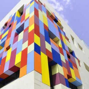 Фасадные окрашенные кассеты разноцветные